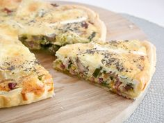 Quiche with brie, bacon and mushrooms I Love Food, Good Food, Yummy Food, Vegetarian Recipes, Cooking Recipes, Healthy Recipes, Queso Brie, Mushroom Quiche, Savoury Baking