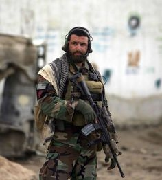 This Pin was discovered by Olivier Blanchard. Discover (and save!) your own Pins on Pinterest. Special Forces Gear, Military Special Forces, Afghanistan War, Green Beret, Special Ops, Military Pictures, Military Police, Navy Seals, Tactical Gear