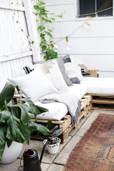 How to Make a Couch Out of Pallets   eHow