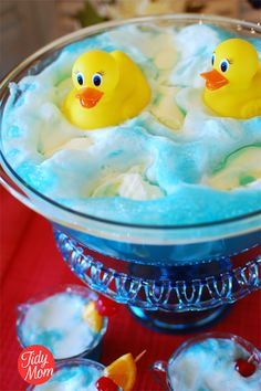 Blue Baby Shower Punch with Rubber Ducks Ducky Baby Shower Punch, blue kool aid, ginger ale, blue sherbet, and rubber ducks. Baby Shower Azul, Baby Shower Punch, Baby Shower Drinks, Boy Baby Shower Themes, Baby Shower Cakes, Baby Boy Shower, Man Shower, Kool Aid, Rubber Ducky Punch