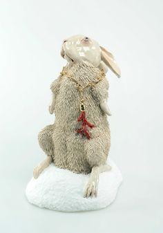 Carolein Smit sculpture céramique. Lièvre lapin  albinos au collier