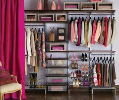 Inspiração para o próximo projeto aqui de casa, closet com cortinas, ideia simples que fica lindo, e vc ganha mais espaço que um roupeiro comprado pronto , e mais barato que um feito por medida , é so ter criatividade pessoal.