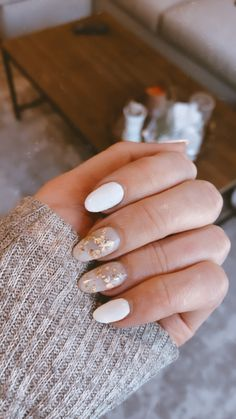White Nails With Gold, White Gel Nails, White Manicure, White Gold, Dry Nails, Uv Gel Nails, Gel Manicures, Gel Nails At Home, Stylish Nails
