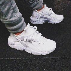 Recién llegadas a Fernando III las Nike Huarache total White.No te quedes sin ellas #nike #huarache #white #instalike #retrorunning#culturaurbanashop