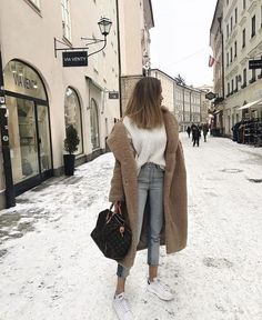 Fall casual outfit for winter. Looking for the best outfits for winter; brown lo… Casual autumn outfit for the winter. Looking for the best outfits for the winter; brown long coat + white T-shirt + jeans in light wash + white sneakers. Street Style Outfits, Mode Outfits, Fashion Outfits, Womens Fashion, Sneakers Fashion, Fashion Ideas, Jean Outfits, Ladies Fashion, Ladies Outfits