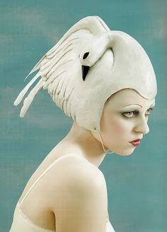 portrait avec coiffe oiseau blanc ?..looks like Isabella Bow...