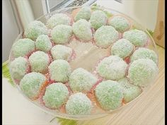 Klepon is an Indonesian sweet snack made out of sticky rice flour (glutinous rice flour), gula jawa (Javanese sugar), coconut and natural colours: pandan ext. Asian Snacks, Asian Desserts, Indian Food Recipes, Asian Recipes, Pandan Cake, Glutinous Rice Flour, Great Recipes, Favorite Recipes, Indonesian Cuisine