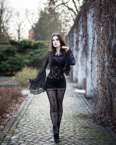 Top Gothic Fashion Tips To Keep You In Style. As trends change, and you age, be willing to alter your style so that you can always look your best. Consistently using good gothic fashion sense can help Dark Fashion, Gothic Fashion, Retro Fashion, Steampunk Fashion, Gothic Steampunk, Latex Fashion, Victorian Gothic, Gothic Lolita, Steampunk Cosplay