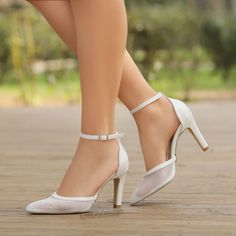 Beyaz stiletto ayakkabılar nikah ve düğünler için şık seçim #wedding #shoes #stilettos Magic Shoes, Stiletto, White Beige, Honda, Wedding, Fashion, Valentines Day Weddings, Moda, La Mode