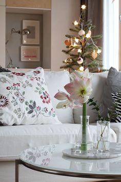 Kuka sanoi, että joulun pitäisi olla aina punainen? White Christmas, Christmas Time, Ikea, Vase, Table Decorations, Furniture, Home Decor, Decoration Home, Ikea Co