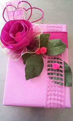 gift wrap - a bit to do - spring pink ribbon rose with hearts and pompons / DIY tutorial  -  http://la-couronne.de/