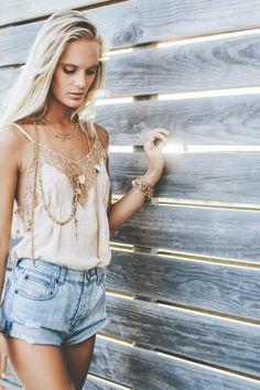 Hanalei Reponty avec les bijoux de la gamme Léa crédit: @Céline hamelin