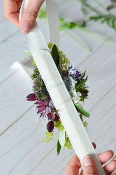 Wildblumen-Hochzeit – Teil 3: Blumenarmband für Brautjungfern selbst binden | Blumigo Diy Bouquet, Bouquet Flowers, Corsage, Boho Wedding, Backdrops, Wedding Inspiration, Bridesmaid, Candles, Crafty