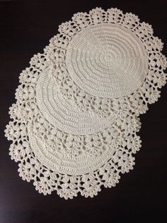 Crochet is one of the most versatile crafts to decorate the home. You can use it to make rugs, tablecloths or simply a crochet centerpiece to match the Crochet Dollies, Crochet Lace Edging, Crochet Doily Patterns, Love Crochet, Filet Crochet, Crochet Designs, Knit Crochet, Crochet Placemats, Crochet Home Decor