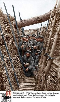 WWI/ Western front - Static warfare: German soldiers in a trench. Photo, before October 1916, digitally colorized.  ©akg-images / The Image Works