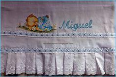 Fralda / manta pintada com barrado em bordado inglês.