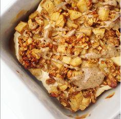 Jednoduchá, ale chuťově výtečná teplá snídaně do mrazivých rán – fitnessjablečný crumble stvarohem Autor: Barbora Čapková (IG: @barunac) Na jednu porci jablečného crumble stvarohem potřebujeme: 👌 40g musli emco (křehké a lehké musli, které je směsí vloček, ořechů a semínek a to bez jakéhokoliv přidání cukru) jsem si smíchala s10g karamelového proteinu 30g jablečné přesnídávky …