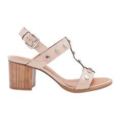 Sandália salto bloco tachas - nude - Em couro envernizado, a sandália ganha conforto através do salto bloco. Possui aplicação de tachas, palmilha macia, solado de couro e fechamento por fivela ajustável.Cor: NudeMarca: Margot