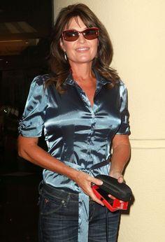 Sarah Palin Rejoins Fox News as Contributor Sexy Older Women, Classy Women, Sarah Palin Hot, Moms Best Friend, Satin Blouses, Blouse And Skirt, Green Satin, Beautiful Blouses, Blouse Styles