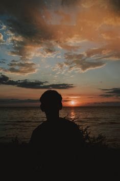 Silhouette Photography of Man Near Body of Water · Free Stock Photo Shadow Pictures, Boy Pictures, Cute Couple Pictures, Photography Poses For Men, Dark Photography, Silhouette Fotografie, Profile Pictures Instagram, Silhouette Photography, Cute Boys Images