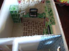 Home cortina confeccionada em tecelagem manual.