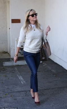 Reese Witherspoon channels preppy look in jeans and sweater Fancy Dress Shops, Classy Women Quotes, Business Casual Jeans, Reese Whiterspoon, Jeans Outfit For Work, Preppy Look, Work Chic, Office Outfits, Jean Outfits