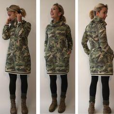 Das Jersey Kleid in angesagtem Camouflage Print ist super kuschelig. Hingucker sind der XXL Kragen und die College Bündchen Schneider, Super, Camouflage, Military Jacket, Jackets, Shopping, Fashion, Products, Gowns