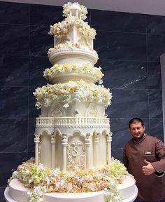 Dünyanın en müsrif düğünü Rusya'da zengin oligarklar gösterişli düğünler yapmaya devam ediyor. Rusya'nın petrol zenginlerinden İlhom Şokirov'un kızı geçen hafta sonu Moskova'da evlendi. Şatafatlı düğün töreninde milyonlar sokağa saçıldı.