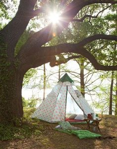 I love this image from Country Living magazine! And the Cath Kidston tent is so perfect! The sun peeking through the trees, the lazy afternoon setup. Definitely glamping going on here. Tenda Camping, Camping Bedarf, Camping Holiday, Camping Style, Camping Chairs, Winter Camping, Camping Recipes, Cath Kidston Tent, Outdoor Fun