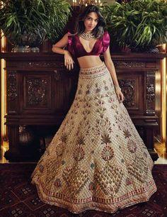 Do you want to look like those divas in Manish Malhotra lehenga Designs? Find handpicked some of the best Manish Malhotra Lehengas for your wedding Manish Malhotra Lehenga, Lehenga Choli, Lehenga Indien, Blouse Lehenga, Indian Lehenga, Red Lehenga, Patiala Salwar, Manish Malhotra Bridal, Golden Lehenga