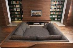 Amei o sofá enterrado, pra uma sala de TV ou de leitura... uma lareira na frente cai bem