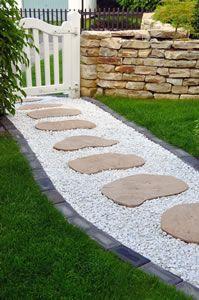 Gartenweg mit Platten
