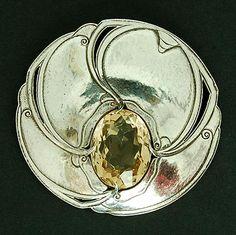 FONS REGGERS(1886-1962 - Grote ronde zilveren broche ca.1925 met ajour gezaagde…