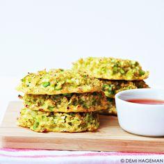 Vleesvervanger• 30 minuten Ingrediënten (12 broccolikoekjes) 400 gram broccolirijst 3 eieren 1 à 2 eetlepels maïzena 2 bosuitjes 75 gram oude kaas Eventueel: chilisaus  Bereidingswijze Verwarm de oven voor op 200 graden. Meng in een ruime kom de broccolirijst met de eieren. Voeg één … Vegetable Snacks, Vegetable Recipes, Healthy Snacks, Healthy Recipes, College Meals, Good Food, Yummy Food, Other Recipes, Tapas
