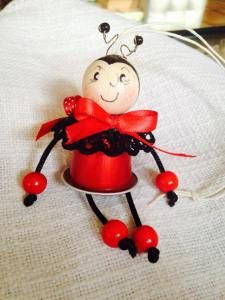 coccinelle Christmas Crafts For Kids To Make, Childrens Christmas, All Things Christmas, K Cup Crafts, Diy Arts And Crafts, Holiday Ornaments, Christmas Decorations, Recycled Toys, Coffee Pods