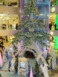 Beautiful Christmas lights!  Christmas is coming and my heart is singing!   신나요! (Sin-na-yo) I am excited! www.mylanguageconnect.com