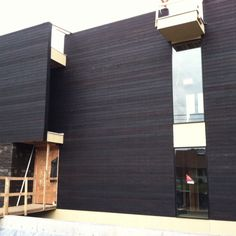 construction of a charred wood siding residence with screw fastening aligned Wood Cladding Exterior, Roof Cladding, Cedar Cladding, Wood Facade, Cedar Siding, Wood Siding, Exterior Siding, Timber Roof, Charred Wood