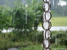 Make a rain chain using metall shower curtain rings. So easy. So inexpensive. Make a rain chain Garden Crafts, Garden Projects, Garden Ideas, Backyard Projects, Outdoor Projects, Garden Tips, Patio Ideas, Garden Inspiration, Craft Projects