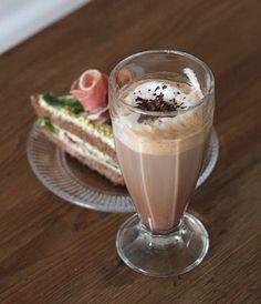 pikku murusia: Suklainen sandwich-kakku ja kaakaocappuccino