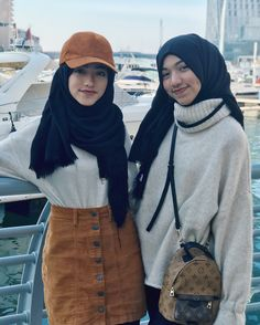 "safinah darin al-athrus di Instagram ""this sweater is legit so big, like what my sister said the love hate relationship is sooo real (with or without camera)🤮🤮🌈"" Modern Hijab Fashion, Muslim Women Fashion, Street Hijab Fashion, Hijab Fashion Inspiration, Korean Fashion, Fashion Outfits, Casual Hijab Outfit, Hijab Chic, Style Hijab Simple"