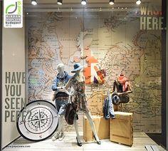 Land im Hintergrund mit Karte zeigen, Koffer, Kompass, Person sitzt auf dem Koffer