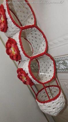Reuse Plastic Bottles Crochet Videos Crafts To Make And Sell Filet Crochet Crochet Projects Sewing Projects Porta Rolo Baden Newborn Crochet Crochet Diy, Crochet Home, Filet Crochet, Crochet Motif, Crochet Scarfs, Crochet Flower Patterns, Crochet Flowers, Crochet Projects, Sewing Projects
