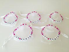 Ein Armband für jeden Gast des Junggesellinnenabschied und für die Braut. Jede Farbwahl möglich! Das Armband wird in einem Organzasäckchen geliefert. Der Preis versteht sich für ein...