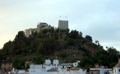A medio camino entre el valle y la sierra, protegida de los vientos por un cerro en el que se alza galán y protector el Castillo de La Villeta -su monumento más representativo- se encuentra Monda, villa cargada de historia, que por derrochar belleza fue declarada en 1971 Paraje Pintoresco.