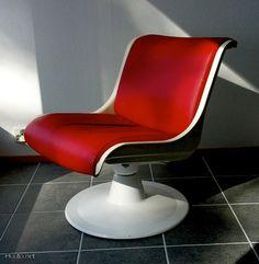 Yrjö Kukkapuron suunnittelema tuoli / Chair designed by Yrjö Kukkapuro