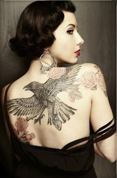 When we think about a unique and interesting tattoo theme, one that strikes our mind is the raven tattoo theme. So here are some of the most popular raven tattoo designs! Backpiece Tattoo, Tattoo Platzierung, Tattoo Foto, Tattoo Hals, Body Art Tattoos, Female Tattoos, Caduceus Tattoo, Chicano Tattoos, Spine Tattoos