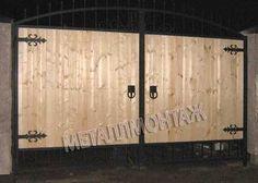 Ворота кованые с деревянным заполнением