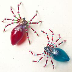 light bulb and seed bead spider ornament Find christmas spider story to go with it. Christmas Spider, Christmas Fun, Christmas Bulbs, Fall Crafts, Halloween Crafts, Holiday Crafts, Halloween Beads, Carillons Diy, Light Bulb Crafts