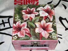 Utilize essa linda caixa para deixar mais organizados seus esmaltes, acetona,lixa, etc.    Temos outras cores, consulte já a sua ! R$ 45,00