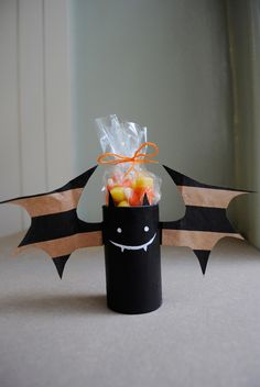 Don't you love Halloween decorations that make use of recycled stuff? These Playful Bats from Paper Bags are so adorable no one would ever guess they came from discarded materials! These are also great homemade Halloween crafts for kids to help with! Bonbon Halloween, Fete Halloween, Halloween Crafts For Kids, Halloween Bats, Holidays Halloween, Halloween Decorations, Halloween Candy, Paper Halloween, Halloween Clothes